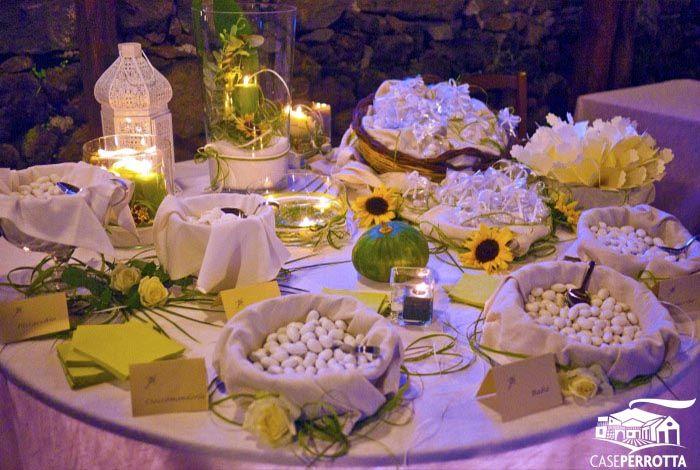 Allestimento confettata matrimonio serale con girasoli e confetti vario gusto