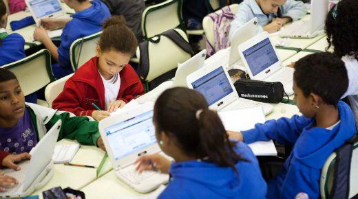 """""""Será que o modelo clássico da sala de aula – aulas expositivas na escola, lição de casa solitária à noite – ainda fazem sentido numa era digital?"""", questiona Khan em seu livro recém-lançado no Brasil, Um mundo, uma escola – A educação reinventada."""