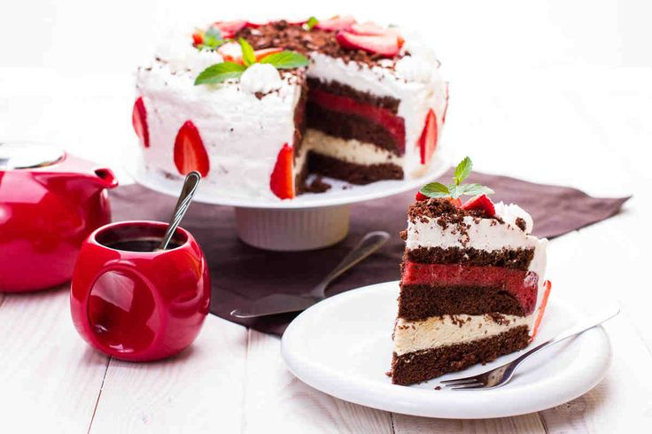 Tort chałwowy z musem truskawkowym #smacznastrona #przepisytesco #tort #chałwa #tortchałwowy #mus #truskawki #deser #mniam