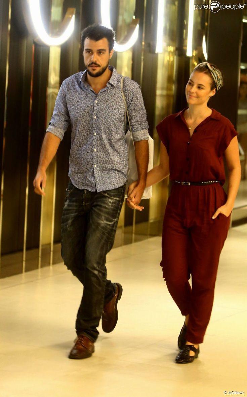 Quando ainda era casada com Joaquim Lopes, Paolla Oliveira montou um look despojado para um passeio no shopping. A atriz, mais uma vez, escolheu um macacão, que combinou com sandálias rasteiras e um cinto para marcar a cintura. Para completar o visual, ela usou um lenço amarrado nos cabelos presos