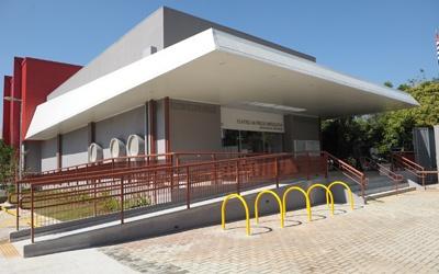 O Teatro Alfredo Mesquita foi projetado para apresentações de espetáculos de dança, teatro infantil e adulto e abriga uma orquestra de até 20 músicos.