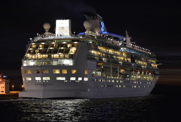 Το Splendour of the Seas (now TUI Discovery), πλευρισμένο βράδυ  στον Πειραιά. 01/12/2015.