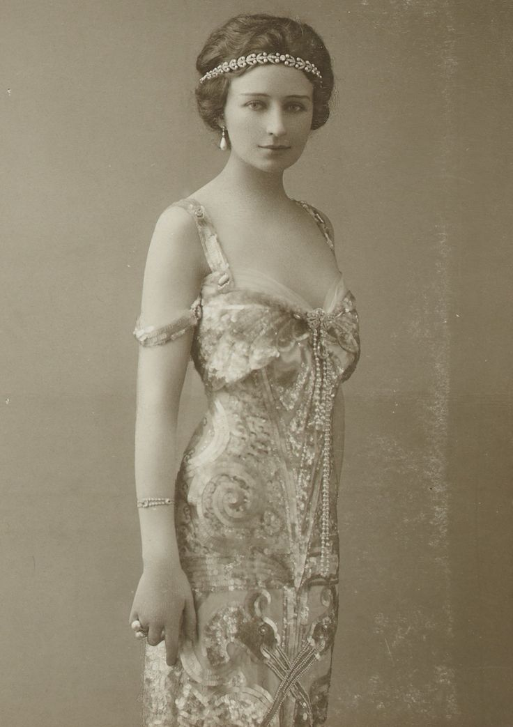 L'ancienne cour -France ,1900 - (looks so ahead of her time. So 1920's)