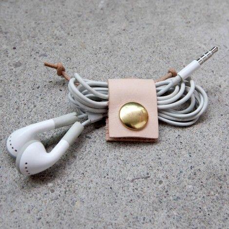 pour ranger vos écouteurs et éviter les noeuds au fond du sac!cuir et laiton, produit artisanal fait main
