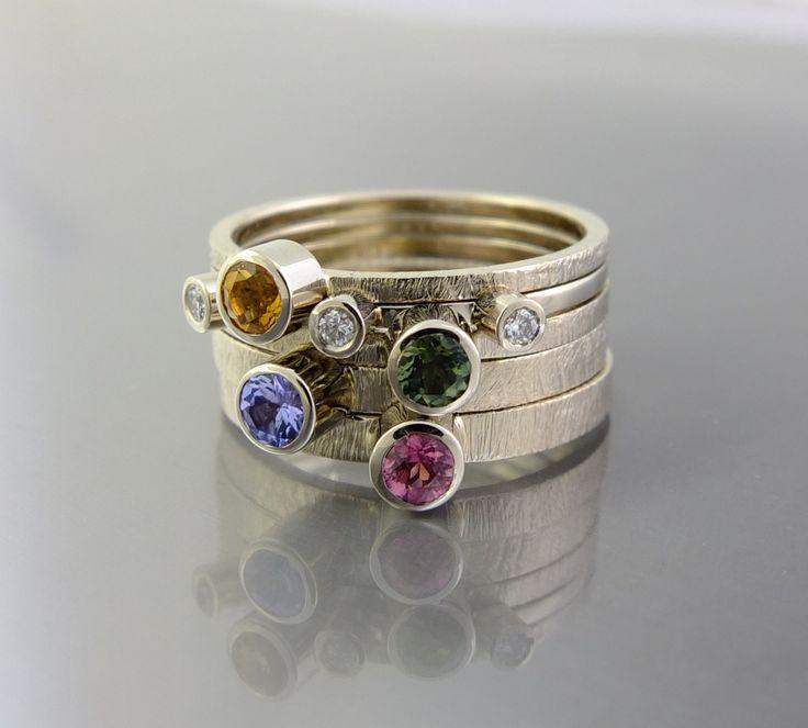 Komplet 5 pierścionków z różnymi kamieniami. Możliwość dowolnego komponowania noszonego kompletu.