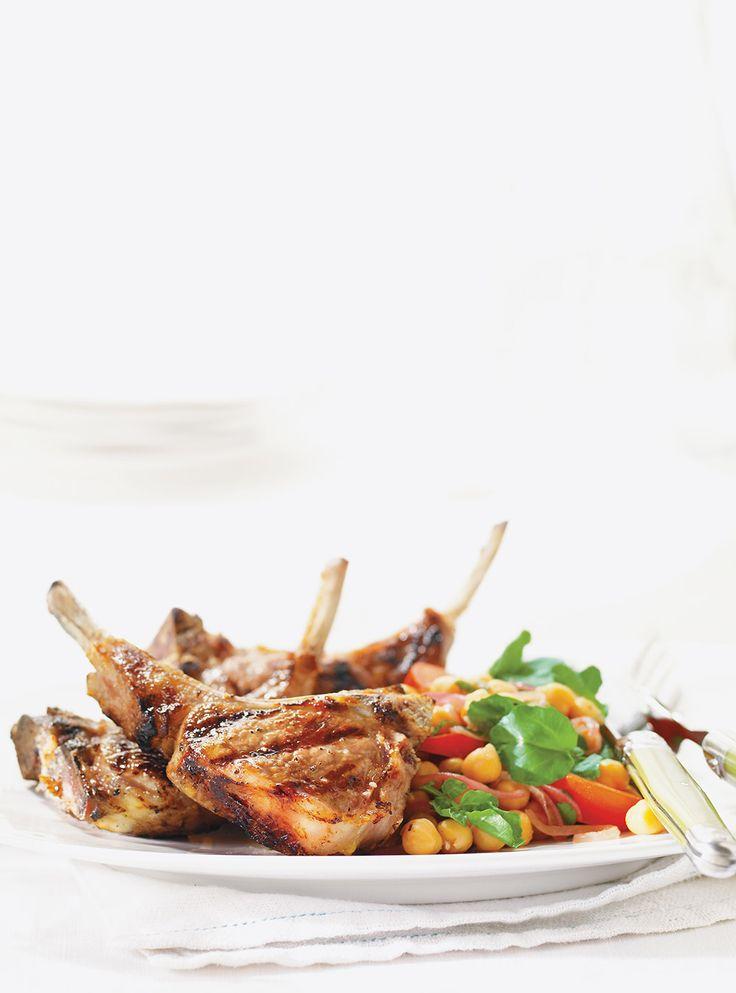 Recette de côtelettes d'agneau à l'ail. Recette de Ricardo. Ingrédients: côtelettes d'agneau, ail, huile d'olive, jus de citron. Enrober la viande de la marinade.