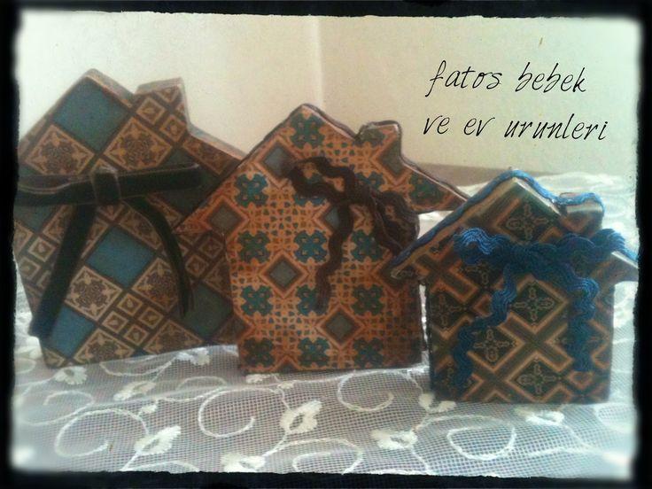 Kahverengi ve mavi renkli fiyonklu minik evler/ Brown and blue colored mini houses with bows