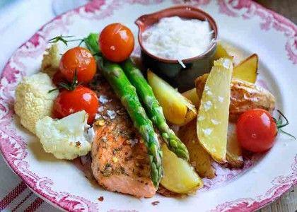 Kryddig lax med ugnsrostade grönsaker och parmesansås | MåBra - Nyttiga recept