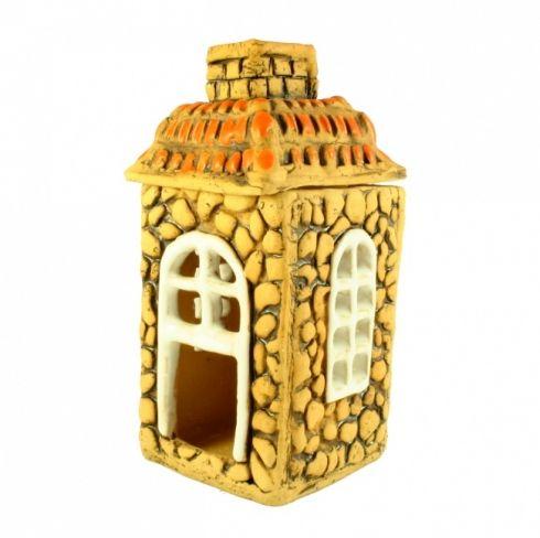Aromalampa domek - keramika Ručně modelovaný keramický domek, který slouží jako svícen nebo aromalampa. Čajová svíčka se vkládá dovnitř domku a voda s vonným olejem se dovnitř vlévá komínem. Aromalampa se skládá ze dvou dílů – střechu je snímatelná. Výška domku je přibližně 17 cm.