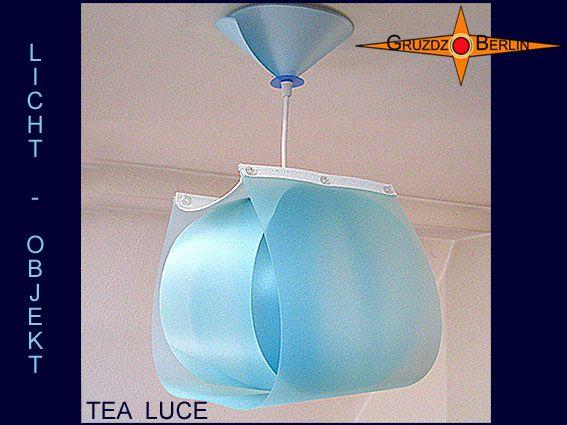 Leuchte TEA LUCE Lichtobjekt mit Baldachin transluzent.Die Pendelleuchte TEA LUCE mit passendem Baldachin strahlt durch Form und Material Harmonie aus und erinnert an eine zarte Teelampe. Drei ineinander gelegte Blau Töne und das darüberliegende weiße Gitternetzgewebe sorgen für gelassene Ausgewogenheit zwischen Licht, Raum und Farbe. Materialinformation: Polypropylen ist ein transluzentes, leicht flexibles Material, mit einem schönen matt seidigen Glanz. Es kann sehr leicht gereinigt…
