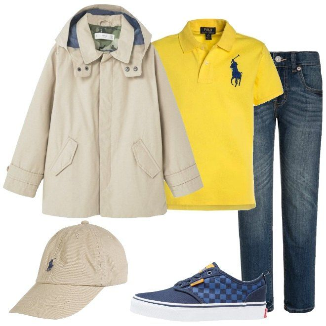 Look da bambino composto da giacca di mezza stagione beige con cappuccio e tasche laterali, polo yellow mezza manica e jeans skinny blue. Completo con una sneakers bassa blue con punta tonda e un cappellino beige in cotone.