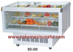 Display Chiller adalah kabinet yang digunakan untuk memajang buah maupun sayur pada supermarket, Type : BD-200 Dimensi : 110 x 64,4 x 82,2 cm Volume : 200 L Watt : 230 W Refrigerant : R134A Berat : 58 kg