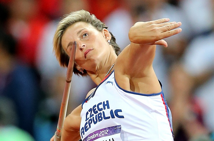 SOUSTŘEDĚNÍ. Barbora Špotáková se rozebíhá ke svému zlatému pokusu na olympijských hrách v Londýně.