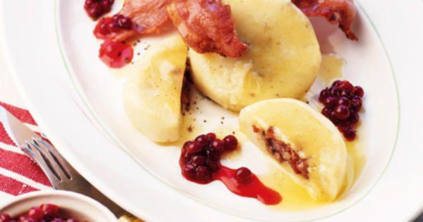 Servera kroppkakor på klassiskt vis med rårörda lingon, rimmat sidfläsk och brynt smör. Recept från boken Matglädje hela livet.
