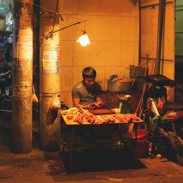 ベトナムで見かけたミニマリストなお肉屋さん 電球と机が一つにお肉包丁まな板量りでお店がほぼ完結しています  #ベトナム #voyage #vietnam #trip #旅 #旅行 #ハノイ #hanoi #東南アジア #アジア #夜 #ティラキタ #Tirakita #肉屋 #ミニマリスト #シンプルライフ #シンプルな暮らし #simplelife #持たない暮らし #ライフスタイル #ミニマル