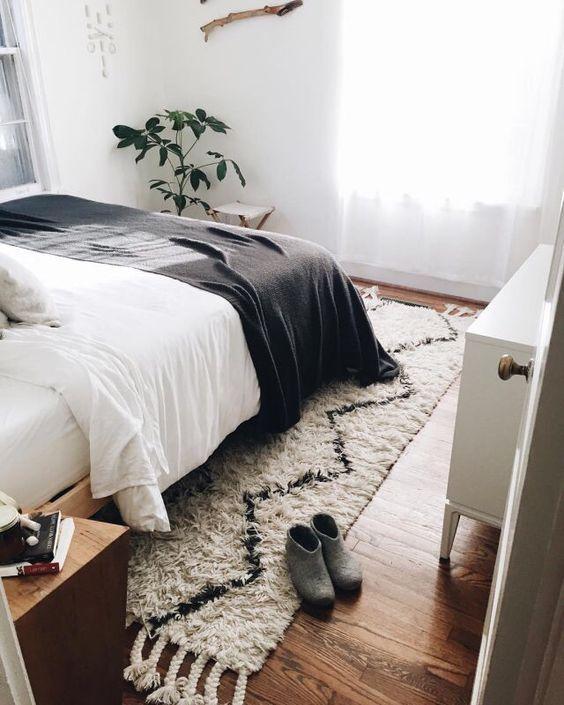 Un tapis berbère en descente de lit pour réchauffer la chambre