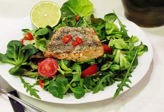 Vajban sült fokhagymás-lime-os lazac salátával recept képpel. Hozzávalók és az elkészítés részletes leírása. A vajban sült fokhagymás-lime-os lazac salátával elkészítési ideje: 30 perc