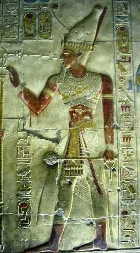 Représentation de Séthi Ier sur un bas-relief de son temple funéraire à Abydos. Séthi Ier est un pharaon de la XIXe dynastie qui régna sur l'Égypte de 1294 à 1279 avant notre ère. Il est le fils de Ramsès Ier et le père de Ramsès II. Abydos est une ancienne ville sainte vouée au culte d'Osiris, et située à 70 km au nord-ouest de Thèbes. Le temple de Séthi Ier est un temple cénotaphe dédié à sept divinités et plus particulièrement à Osiris. Séthi Ier fut inhumé dans la Vallée des Rois (KV17).