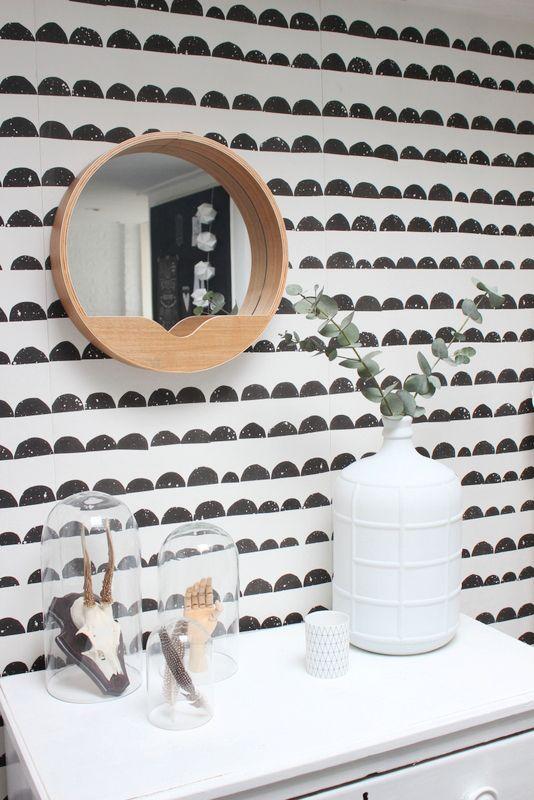 Zwart, wit en hout: een perfecte match. Woonblogger @morethanliving gaf de houten Zuiver spiegel een plekje in de hal #Zuiver #wood