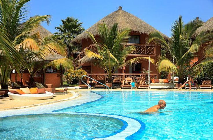 Overal in het Lamantin Beach Resort & Spa zie, proef en beleef je Senegal. Hier logeer je in Afrikaanse rondavels met rieten daken, eet je verser-dan-verse garnalen uit de zee voor de deur en leren de koks je hoe je dat typisch Senegalese rijstgerecht maakt. En dat alles in stijl, want Lamantin staat voor luxe en comfort. Dat betekent extra dikke matrasjes op de ligbedden bij het zwembad en cabana's op het goudgele strand van Saly. En daarna een Afrikaanse dansshow waar je vrolijk van wordt!