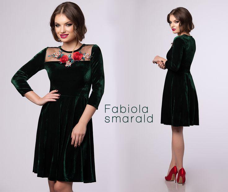 Short emerald dress made from velvet with floral details: https://missgrey.org/en/dresses/short-elegant-velvet-dress-in-emerald-hues-with-floral-details-fabiola/615?utm_campaign=octombrie&utm_medium=fabiola_emerald&utm_source=pinterest_produs