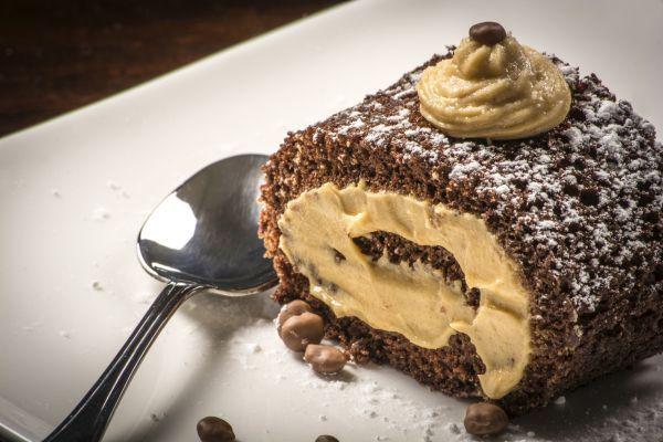 NOME: Rotolo Alla Crema Di Caffè PIATTO: Dessert INGREDIENTE PRINCIPALE: Cioccolato PERSONE: 4 CALORIE PER PERSONA: 1494 NOTE: - INGREDIENTIRotolo Alla Crema Di Caffè : ==== Per Il Rotolo: 4 ==== Uova 90 G ==== Zucchero 50 G ==== Cacao In Polvere 30 G ==== Burro 90 G ==== Farina ==== Per La Crema: 8 ==== Tuorli D'uovo 150 G ==== Zucchero 2 Cucchiai ==== Amido Di Mais 80 Cl ==== Latte