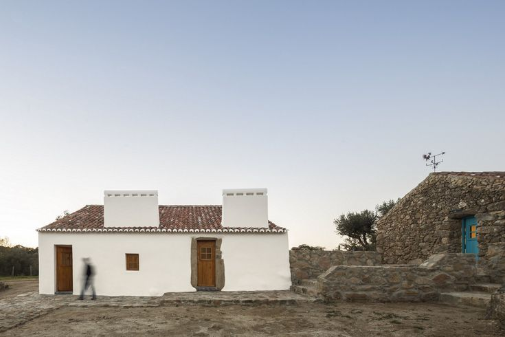 A Lisbon couple sets off into a real estate adventure and purchases, with an impulse, a small plot with four ruins in the middle of Alentejo called Moinho do Barroco (Barroco's Water Mill). The location is remote, without paved road access and only