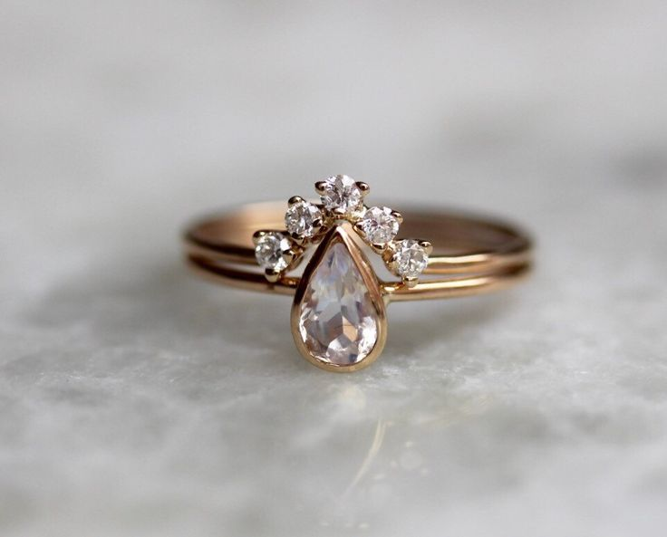 Conjunto de anillo de compromiso de 14 K piedra lunar pera nupcial Set, Chevron banda, delicado compromiso, lágrima de diamante, anillo nupcial conjunto, alternativo de LieselLove en Etsy https://www.etsy.com/es/listing/484456796/conjunto-de-anillo-de-compromiso-de-14-k