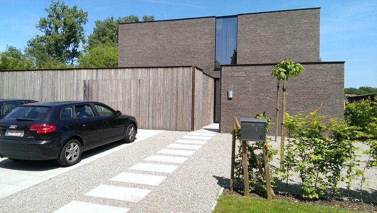 betonnen stapstenen naar voordeur