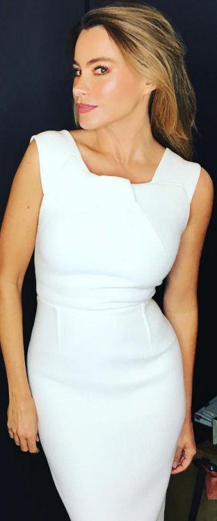 Who made  Sofía Vergara's white pleated dress?