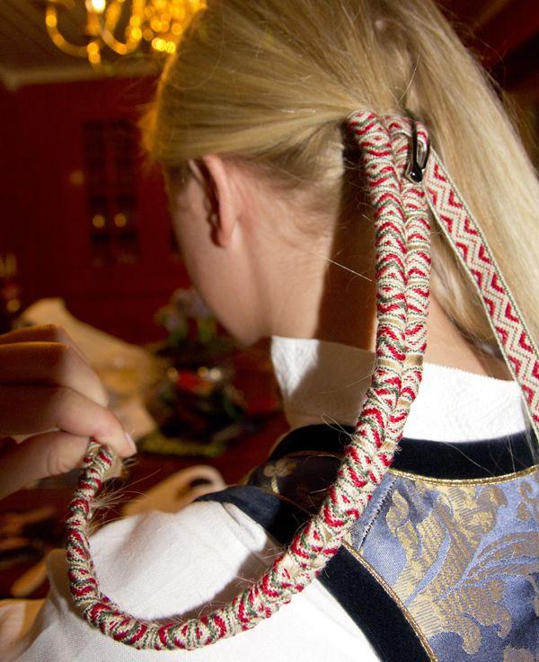 Slik gjøres jenteoppbindinga i Øvre Valdres - Magasinet Bunad