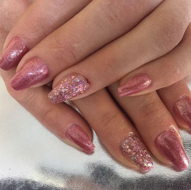 Modellage mit Chrome Glow Gel Teerose und Glitter Gel Wood Berry www.magnonails.de #nageldesign #schönenägel #nägel #nagel#nagelmodellage #nagelverlängerung #nagelstudio #maniküre #nagelfee #fingernägel #naildesign #nailart #nagelkosmetik #kosmetikstudio #glitzernägel #gelnägel #acrylnägel #nailstudio #gelnails #nails #nailartist #kosmetik #chromenails #glasnails #nagelvestärkung #nagelpflege #nagelstübchen #schönheitsalon
