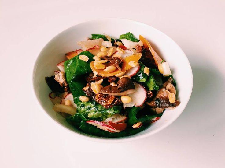 #67: Salada de espinafre com rabanete – Ingredientes: espinafre rabanete ralado cenoura salteada com páprica picante shiitake salteado cebola crua tomate seco soja torrada sem...