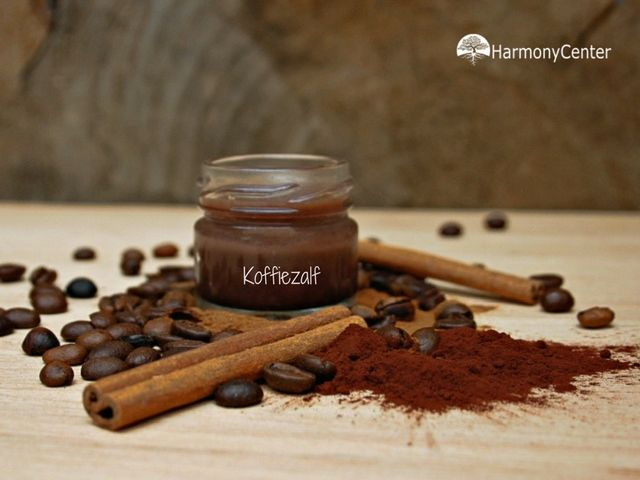 Koffiedrab hoef je helemaal niet weg te gooien. Je kunt er veel mee doen, zoals koffiezalf van maken :-) Heel fijn om in huis te hebben. Voor als je vermoeide ogen hebt na een lange…