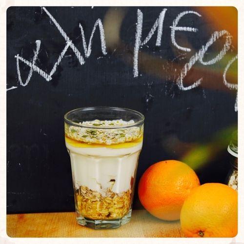 ΥΛΙΚΑ  -1 - 2 κ. σ. μούσλι ή βρώμη ή οποιοδήποτε άλλο δημητριακό -1/2 κ. σ.  φρέσκο χυμό πορτοκαλιού -1/2 μπανάνα ή αποξηραμένα φρούτα -3 - 4 κ. σ. στραγγιστό γιαούρτι -λίγο μέλι -σπόρια ή ξηροί καρποί (καρύδια, ηλιόσποροι κλπ)   ΕΚΤΕΛΕΣΗ  -Σε ένα μεγάλο μπολ ή βαθύ ποτήρι βάζω το μούσλι. -Προσθέτω το χυμό πορτοκαλιού και τη μπανάνα. -Ρίχνω το γιαούρτι, το μέλι και πασπαλίζω με τα σπόρια και τους ξηρούς καρπούς.