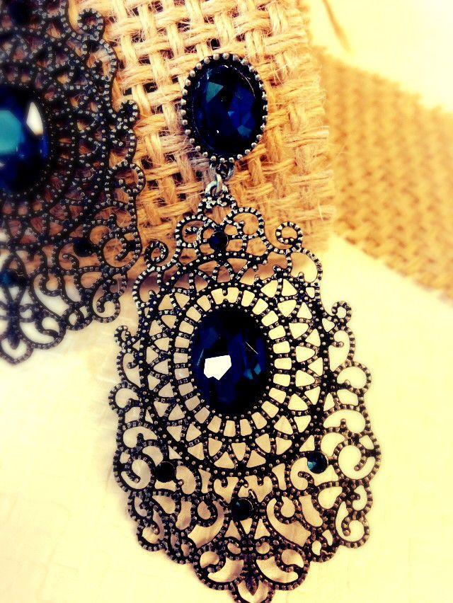 Brinco em bijuteria com acabamento grafite e aplicação de pedra azul marinho