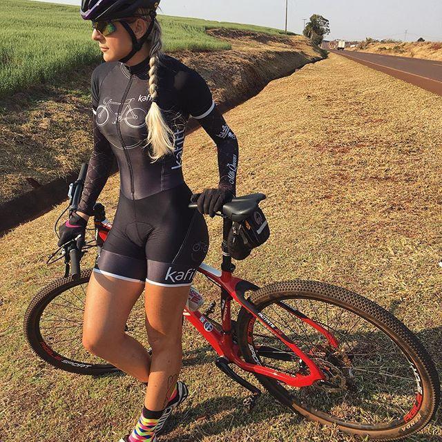 """Depois de uns dias sem pedalar e uma """"mini"""" férias  Hoje rolou girinho relax só pra esticar as pernocas que já estavam quase travadas  20km pela Pr 486 . Macaquinho @kafitt_sport Manguito @mtbqueens Meias @hupibikes . . @oggi_bikes ♀️❤️♀️ . . @malhacaosuplementos @dra.anabeatrizdiniz @farmaciasempreviva . . #voudeoggi #oggi #meiashupi #vou_de_bike_e_salto_alto #cycling #bike #parana #cascavel"""