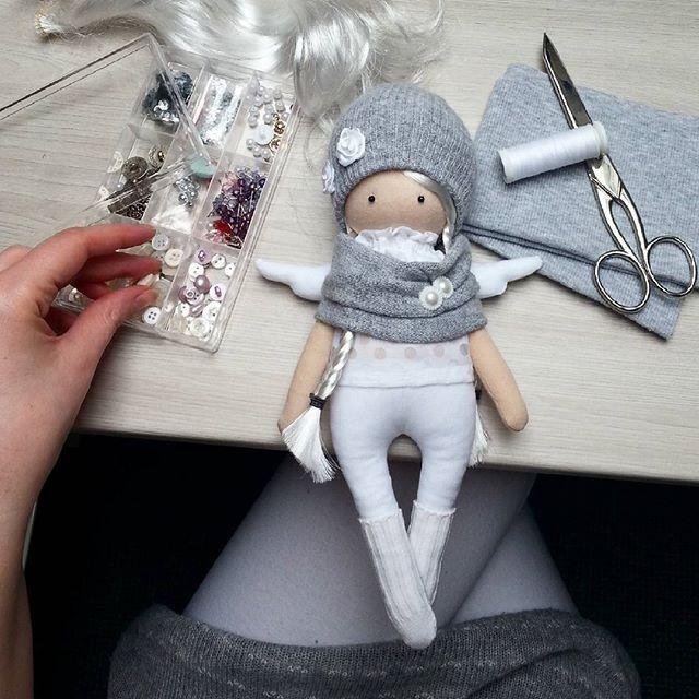 Co by tu jeszcze oddać...? . . #ULAdesign #sewing #szycie #work #praca #workinprogess #grey #szary #aniol #angel #doll #handmade #sewingdolls #artdoll