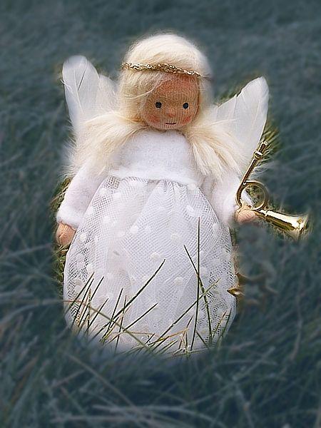 ふわふわっとした天使人形。