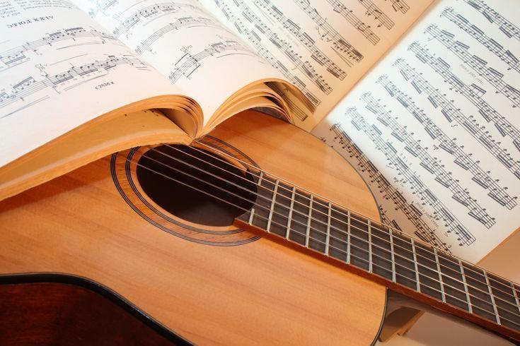 Gitaarlessen, in een of andere vorm, zijn een noodzaak voor iedereen die wil leren om de gitaar te spelen.