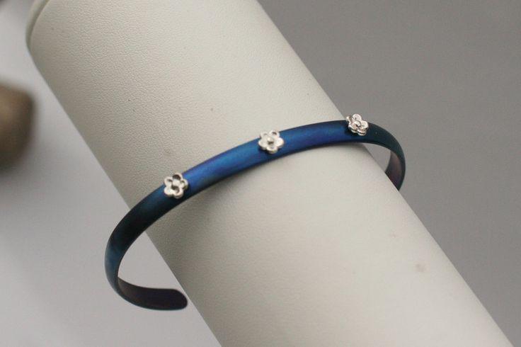 5.8mm bransoletka tytanowa z srebrnymi kwiatami w Arpelc Blue na DaWanda.com