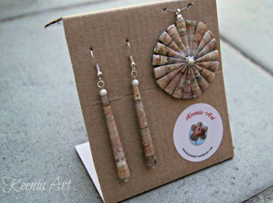 Komplet biżuterii wykonany z papieru ozdobnego do pakowania prezentów. Kolczyki i wisiorek, na prezent ;)