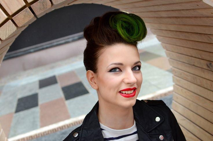 Modell med grönt hår. Tjej. Elvisfrisyr. 50-talsstil. Model. Green hair. Girl. Elvis hair. 50s style. By swedish photographer Maria Lindberg www.fyrfotareportage.se