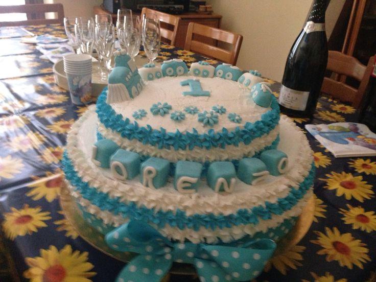 Torta di compleanno a due piani con decorazioni in pasta di zucchero