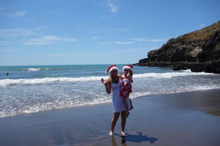 So feiert man Weihnachten in Neuseeland: Die Kinder stellen am 25.12. morgens Karotten und Bier vor die Tür (für den Weihnachtsmann und das Rentier), danach gehts in die Kirche. Anschließend werden die Geschenke ausgepackt und wir haben alle zusammen ein großes Mittagessen. Traditionell gibt es entweder Schinken oder Lamm. Dazu isst man frisch geerntete Erbsen. Zum Nachtisch gibt es Pavlova, eine typisch ozeanische Süßspeise mit vielen frischen Sommerfrüchten.  Ann-Kathrin aus NZ