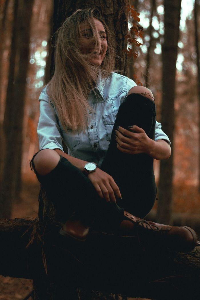 chatain-clair-jeans-foncés-trous-genoux-montre-marron-femme-bottines-cuir-marron-chemise-en-denim