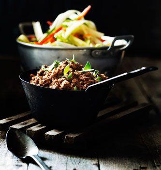 (2012-10) Palæo-spaghetti *** 2 store zucchinier * 2 gule & 2 røde peberfrugter * 1 rødløg * ½ kinaradise * 1 knoldselleri * 2 porrer * 1 spidskål/hvidkål * Olivenolie * Timian * Salt *** Skær grøntsagerne i lange tynde strimler og sautér dem i olivenolien. Skru ned for varmen, skyl timianbladene og kom dem i * Sautér under hyppig omrøring, til grøntsagerne er kogt sammen, lidt som bløde løg. Krydr med salt