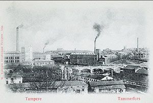 Postikortti 1800-luvun lopun Tampereelta esittelee teollisuuden kaupunkikuvaa savupiippuineen. Kuvassa vasemmalla Finlayson, oikealla Tampereen Pellava. MV