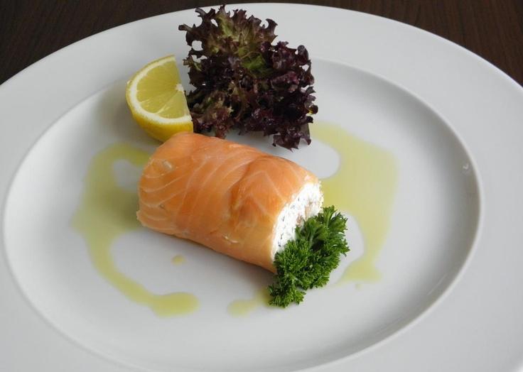 nice Rolka z údeného lososa plnená tvarohom
