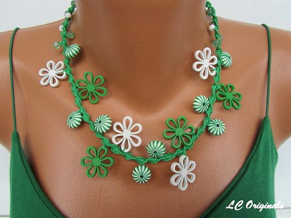 WHITE and GREEN wood FLOWERS macramé - knotting necklace